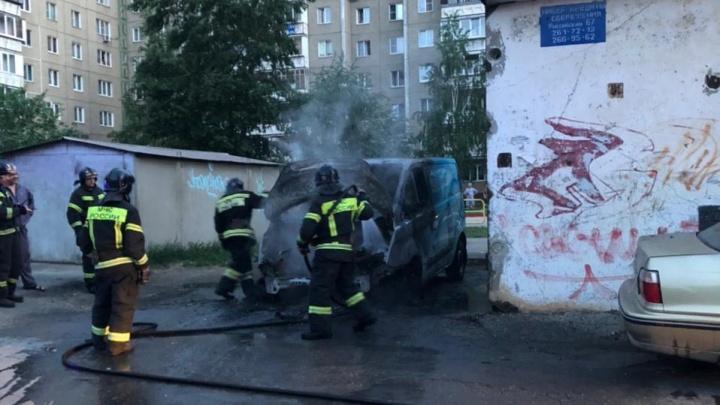 На Северо-Западе Челябинска сгорел автомобиль по доставке воды