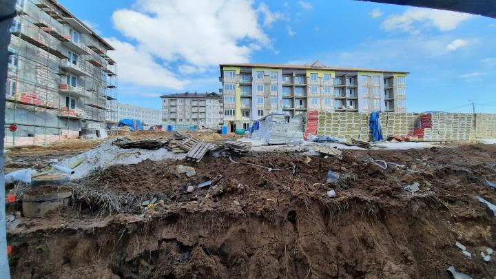 Еще семь домов ЖК «Новинки Smart City» обещают достроить к июлю. Дольщики в это не верят