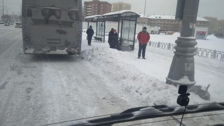 «Пассажиры прыгают через сугробы»: водители автобусов в Екатеринбурге пожаловались на состояние дорог