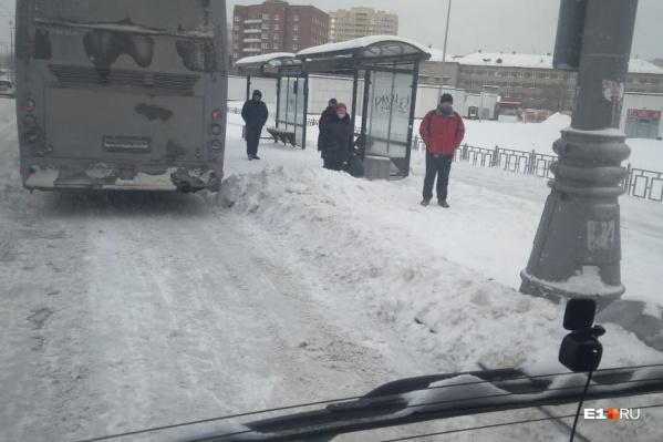 Если на остановке один автобус уже стоит, второму пассажиров не выпустить