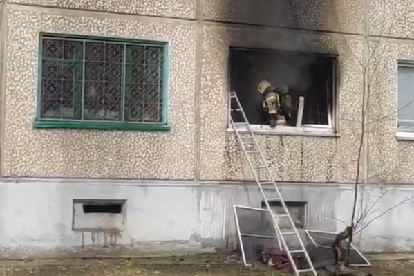 Выгорела квартира на первом этаже жилого дома