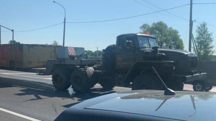 «Стояли на красном»: в Ярославле военный «Урал» протаранил две легковушки