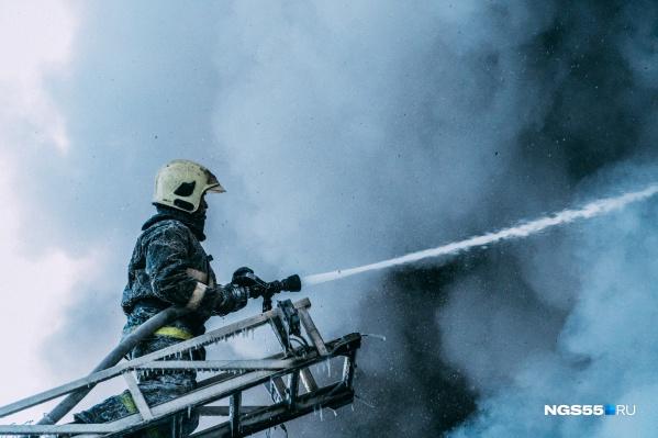 Пожар тушили почти сто спасателей