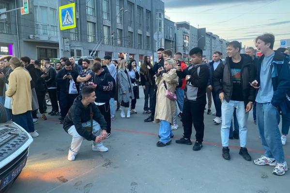 Молодые люди позировали на фоне перевернутой машины