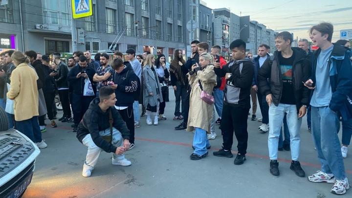 Молодежь устроила фотосессию рядом с перевернувшейся в центре Новосибирска машиной ДПС