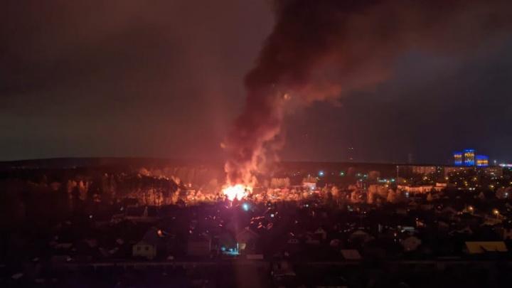 «Огонь в 30 метров высотой». В садах на Уралмаше горят два дома