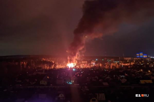 На Уралмаше горит дом
