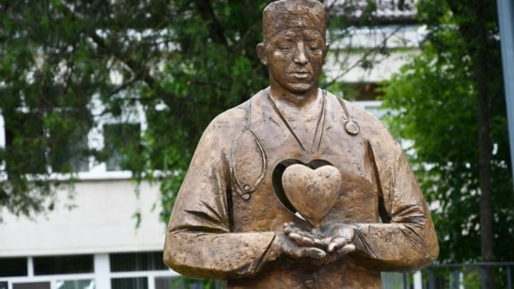 У Центральной больницы в Аксае открыли памятник врачам