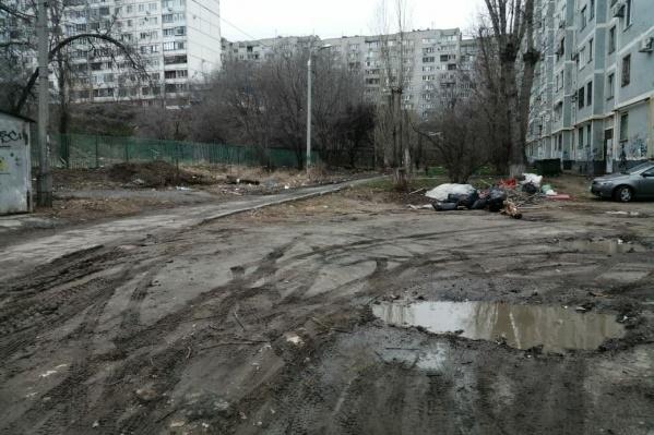 Лужи и мусор — так выглядит благоустройство дворов по улице Елецкой
