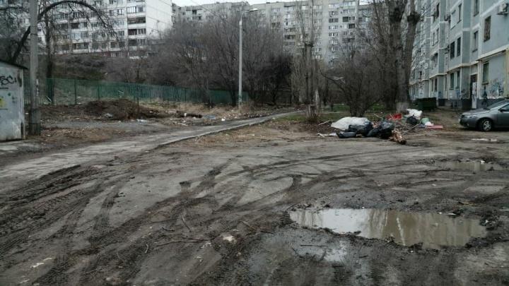 «Как будто бомжи живут, а не нормальные люди»: в Волгограде завалило отходами дворы по улице Елецкой