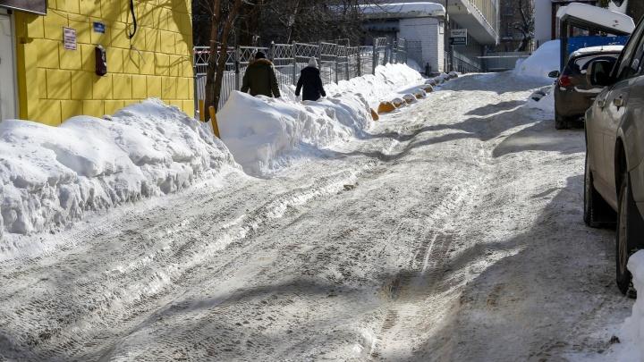 Потепление, снежные колеи и горы мусора. Как в Нижнем Новгороде справляются с первыми днями весны
