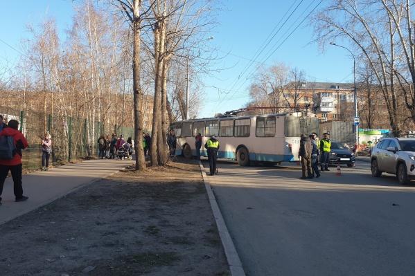 После столкновения с такси троллейбус врезался в дерево