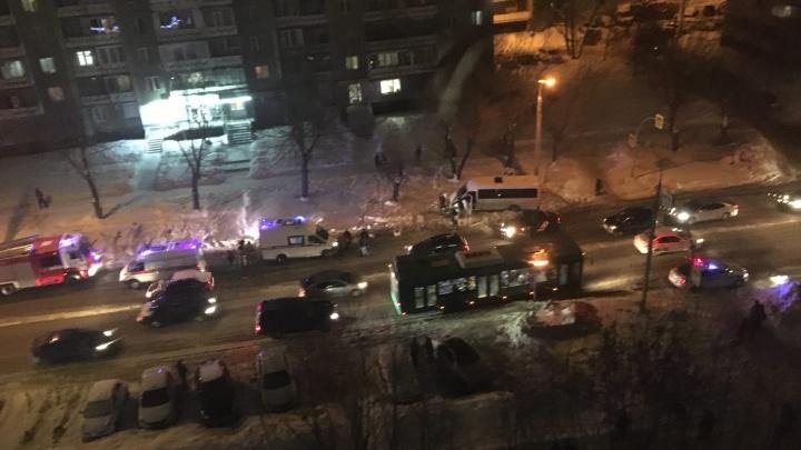Микроавтобус сбил мать с ребенком на Северо-Западе Челябинска