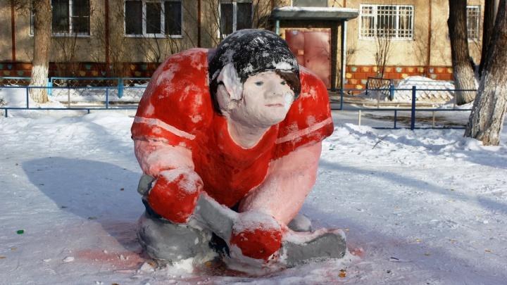 Безголовая Снегурочка, бычок в укрытии и другие снежные фигуры из омских дворов