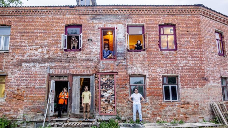 «Это перформанс»: московский юрист выкупил в провинции старинный особняк ради детской мечты