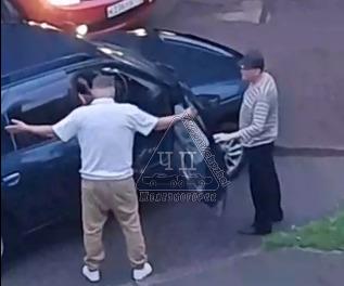 Не поделивший дорогу водитель избил своего оппонента и помочился на его машину