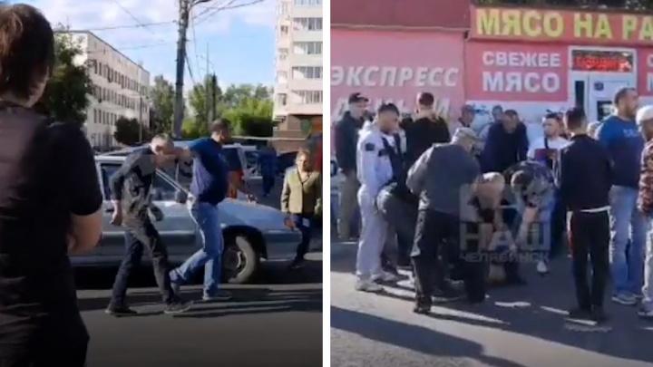 В Челябинске прохожие устроили самосуд над мужчиной, разбившим стекло в иномарке