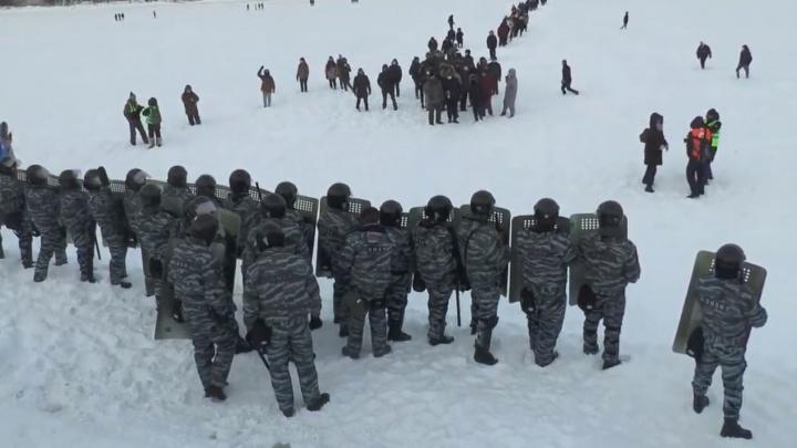 В Екатеринбурге ОМОН выгнал протестующих на лед Городского пруда и уложил лицом в снег