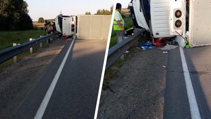 Водителя придавило кабиной грузовика во время аварии на новосибирской трассе — фото с места происшествия