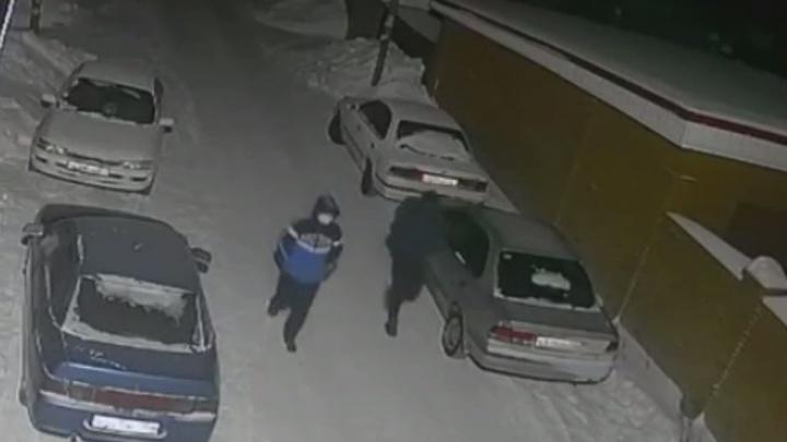 Сибиряк напал на торговый павильон с пистолетом— видео с мужчиной, которого объявили в розыск