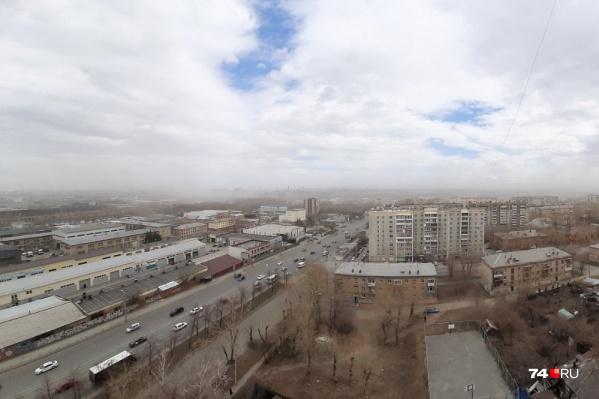 Из-за поднявшейся пыли города на горизонте не видно