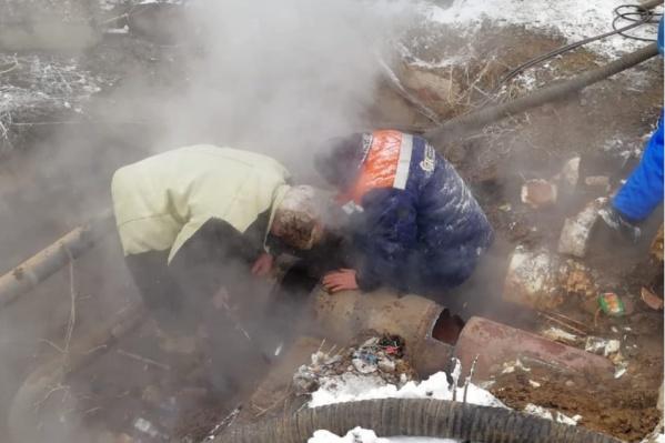 Рабочим пришлось несладко во время череды прорывов на теплотрассе