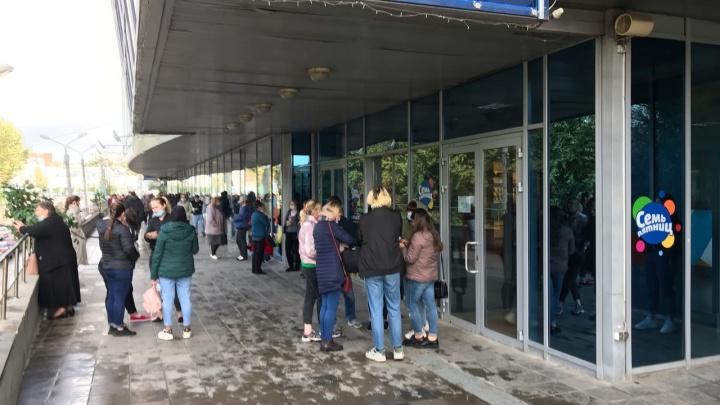 В торговом центре «Семь пятниц» несколько раз эвакуировали людей. Что там произошло?