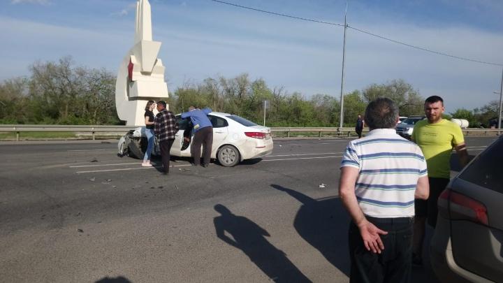 Водитель и пассажир госпитализированы: под Волгоградом столкнулись две иномарки