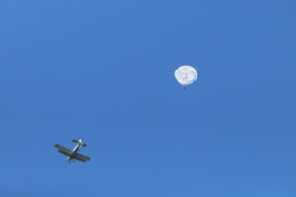 Мария Валова рассказывает, что сделать шаг из самолета страшно, но когда открывается парашют, появилось ощущение легкости и свободы