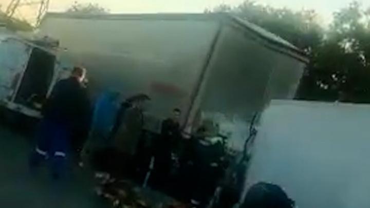 Кабина всмятку, водителя зажало: жесткое ДТП на Третьей Продольной попало на видео