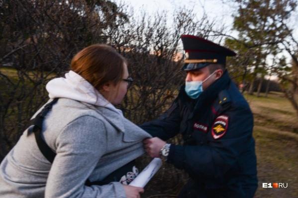 """Акции в поддержку Навального прошли в среду, <nobr class=""""_"""">21 апреля</nobr>"""