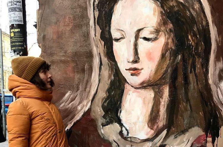 В Ростове вандал снова закрасил бранными граффити уличную картину с ликом Мадонны