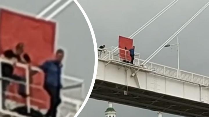 Тюменцы спасли незнакомца, который едва не упал в реку с моста Влюбленных