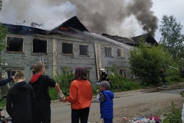 Возле здания уже собрались местные жители
