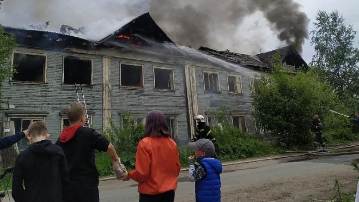 В Архангельске загорелся расселенный дом — виден черный столб дыма. Фото