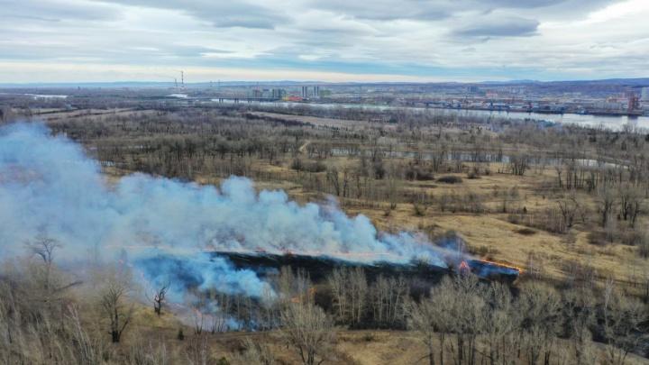 Взлётку заволокло дымом от пожара на острове Татышев