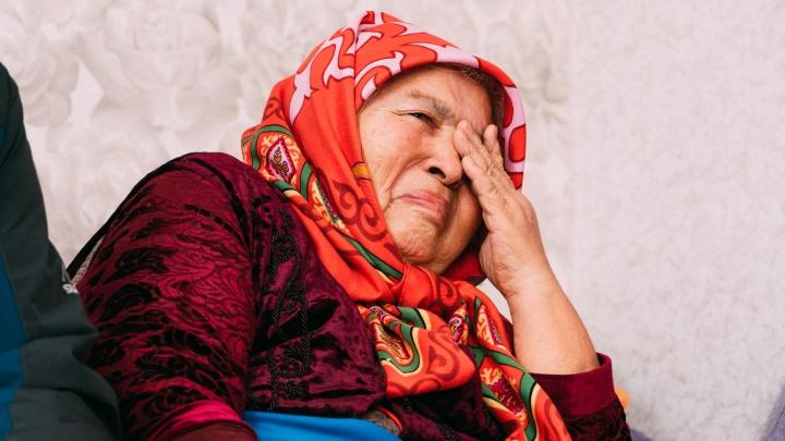 «Орем, плачем... А что толку?»: репортаж из Называевска, где погиб молодой полицейский