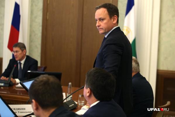 В республиканском правительстве считают, что Сидякин сможет оказать пользу региону и будучи депутатом, и оставшись чиновником