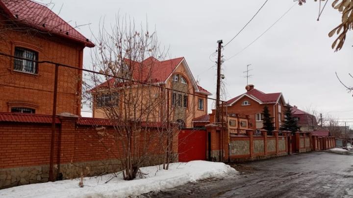 Четыре сотни екатеринбуржцев вступились за квартал с шикарными домами на Уралмаше