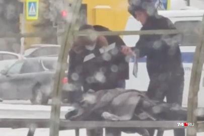 Женщину нашли мертвой на остановке в Тракторозаводском районе Челябинска