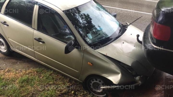 В Сочи легковушка врезалась в эвакуатор. Предположительно, водитель умерла за рулем до столкновения