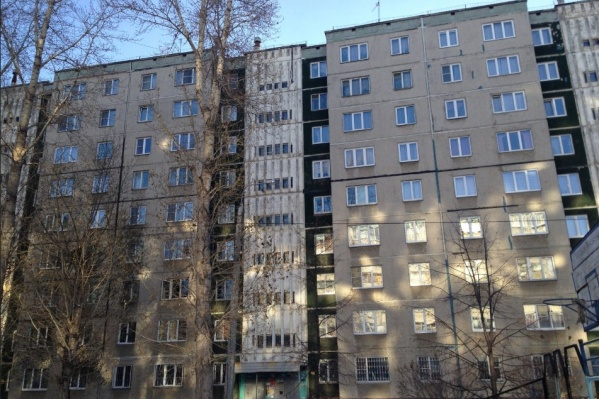 Курсанта нашли под окнами этого дома на Северо-Западе Челябинска
