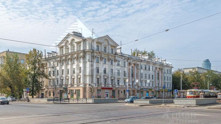 В Екатеринбурге продают квартиру на пятом этаже четырехэтажного дома. Объясняем, как так получилось