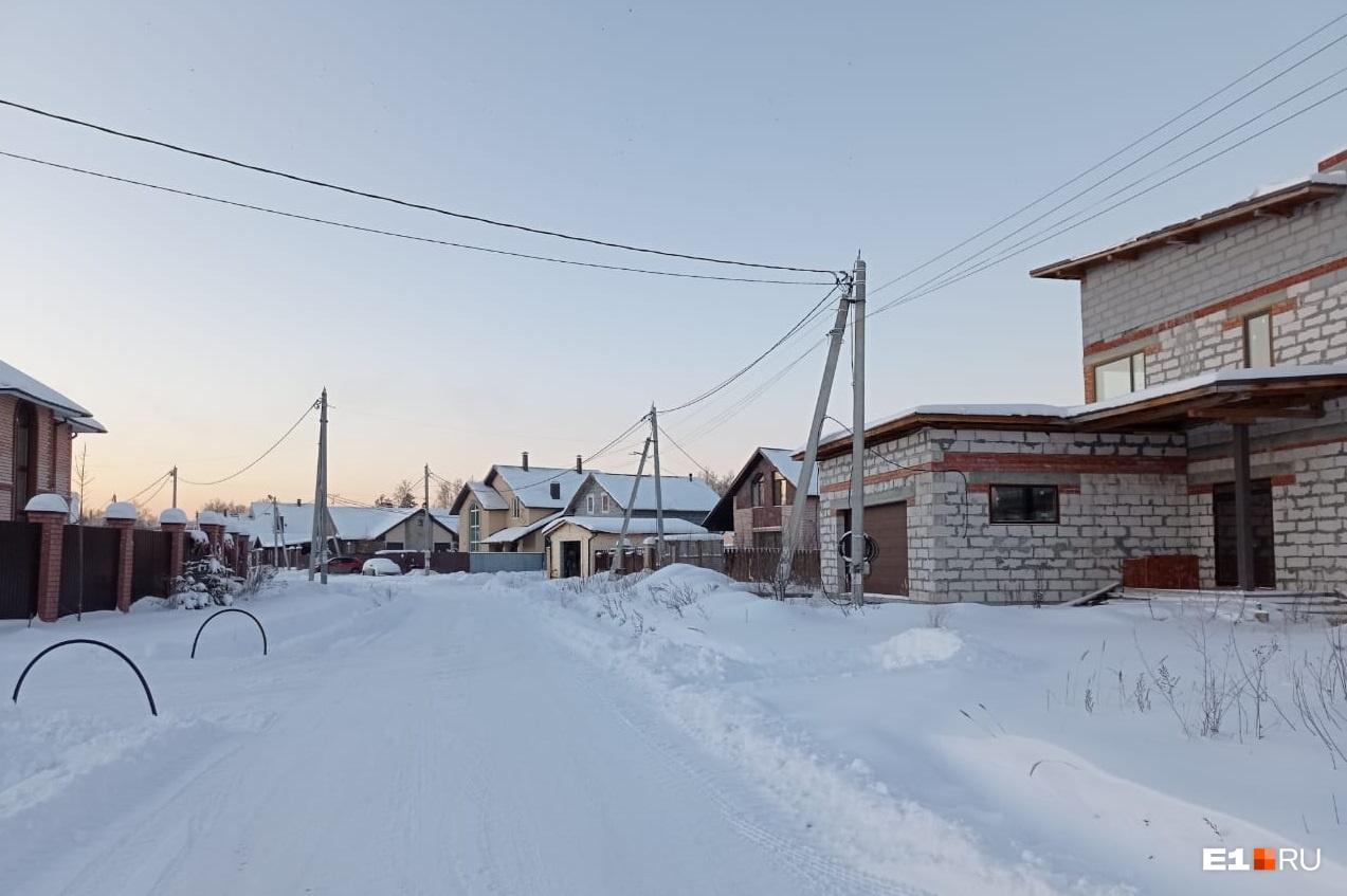 Стройка домов на двух улицах поселка сейчас остановлена