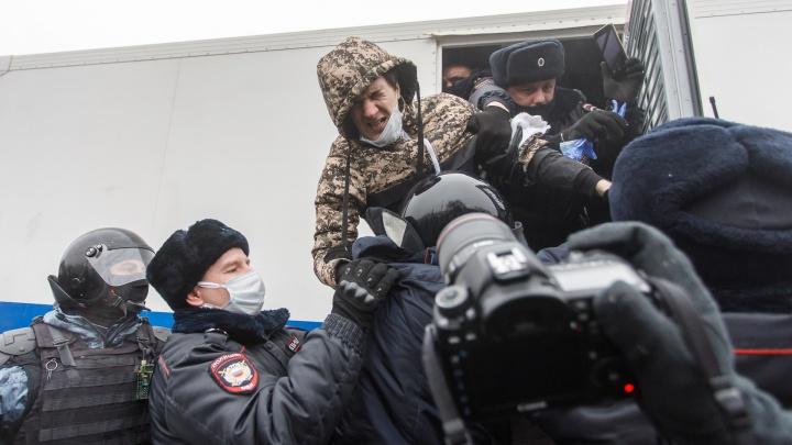 Площадь в кольце: за 10минут в Волгограде задержаны десятки участников незаконной акции
