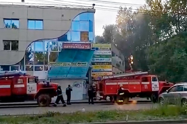 На месте работают спасатели