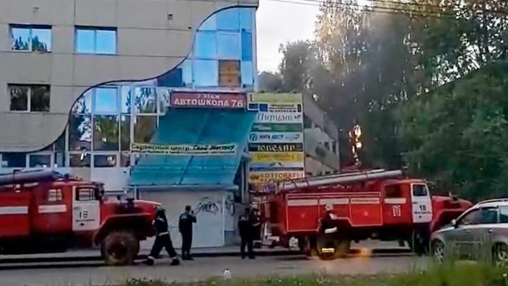 В Ярославле загорелся торговый центр. Видео