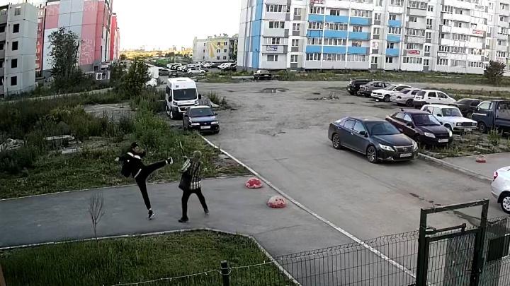 В Челябинске парень избил пенсионера, сделавшего ему замечание. Инцидент попал на камеры наблюдения