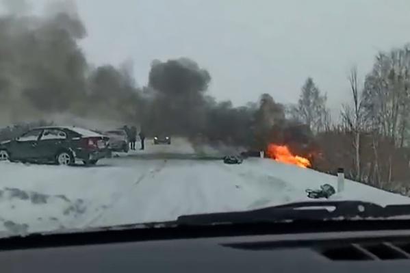 После лобового удара одна из машин загорелась