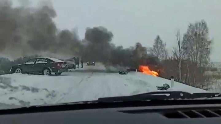 В Челябинской области после лобового ДТП вспыхнула иномарка. Погибла женщина-пассажир